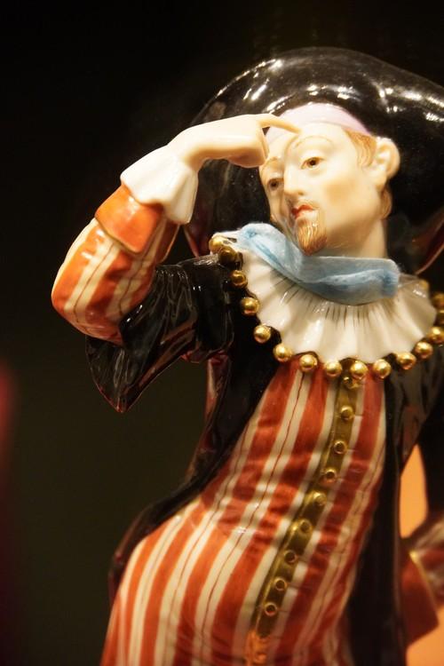 Barock-artige Porzellanfigur mit Maske