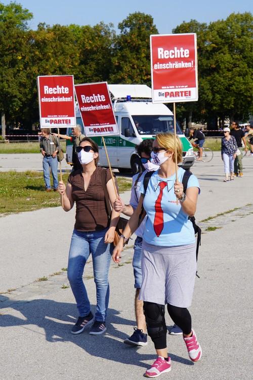 Die Partei. Gegenprotest bei Querdenken-Demo. Rechte einschränken