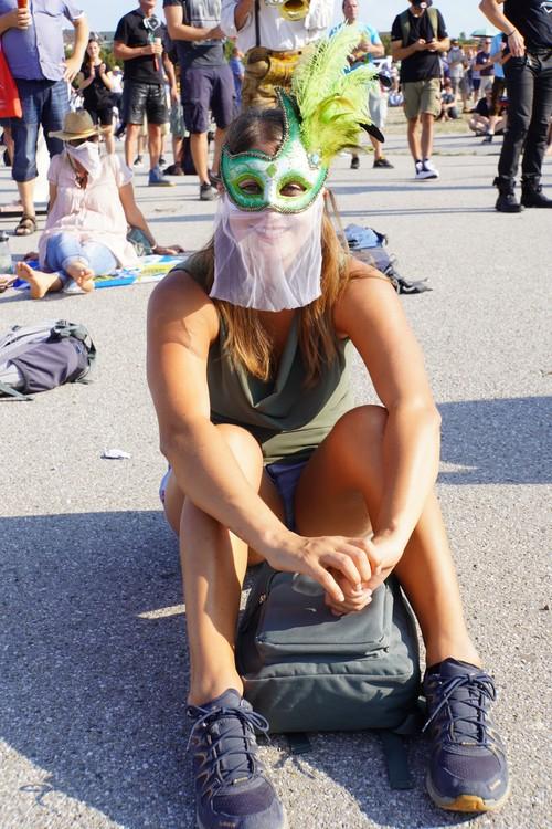 Maske aus durchsichtigem Stoff, Federn. Querdenken-Demo