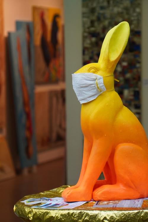 Hasenfigur mit Maske vor Kunst-Galerie Art Dortmund, Hansaplatz