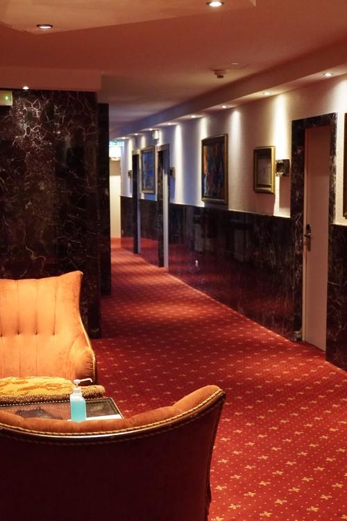 Hotel-Sitze mit Desinfektionsmittel
