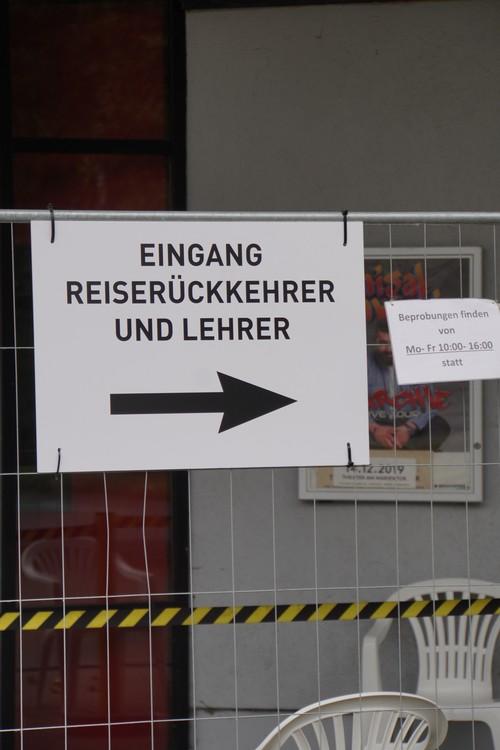 Testzentrum im Theater am Marientor. Eingang Reiserückkehrer und Lehrer. Pfeil. Beprobungen