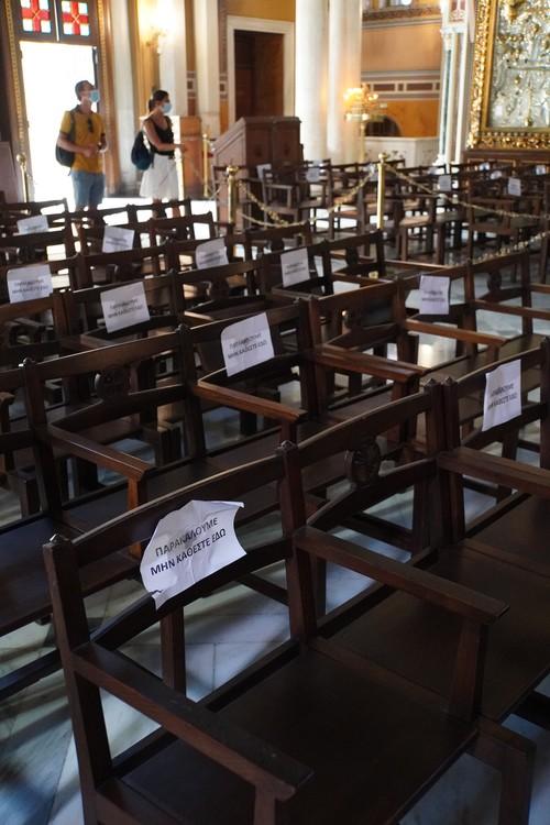 Gesperrte Sitze in Kirche, Masken