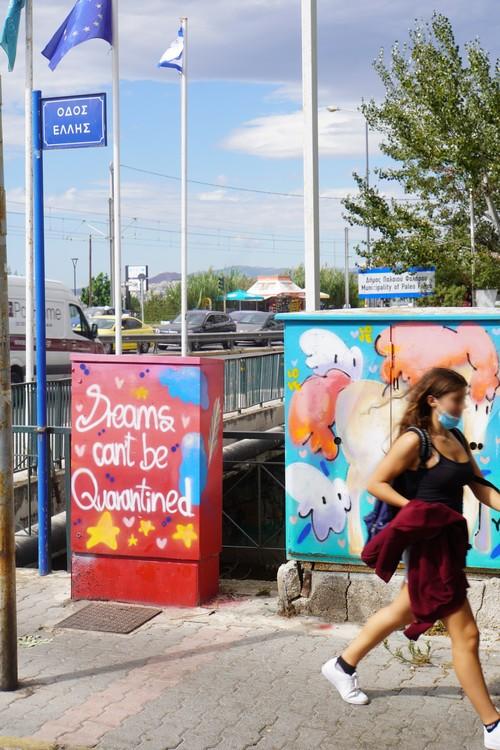 Dreams can't be quarantined Graffiti. Maske, Europa-Flagge, Pferd