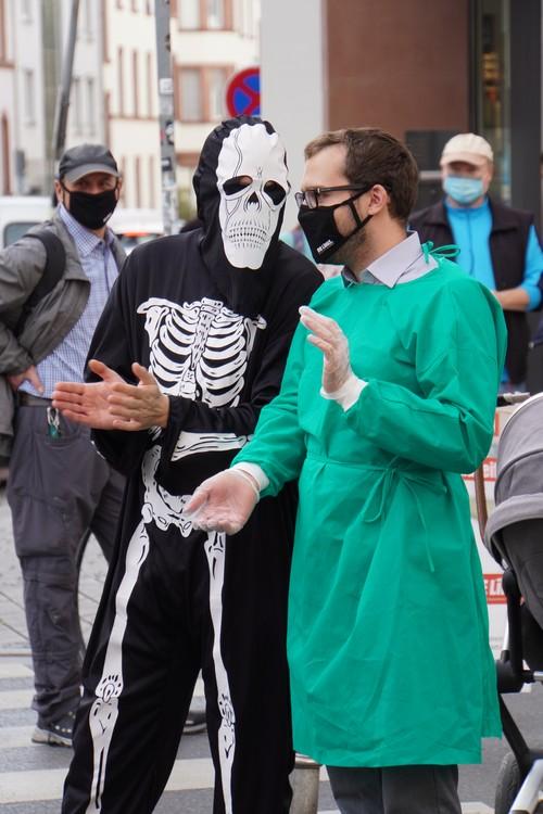 Skelett-Kostüm, Arztkittel, Handschuhe, Maske. Demo Die Linke