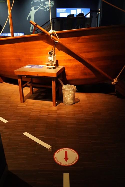 Bibelhaus Museum. Richtungspfeil am Boden. Boot