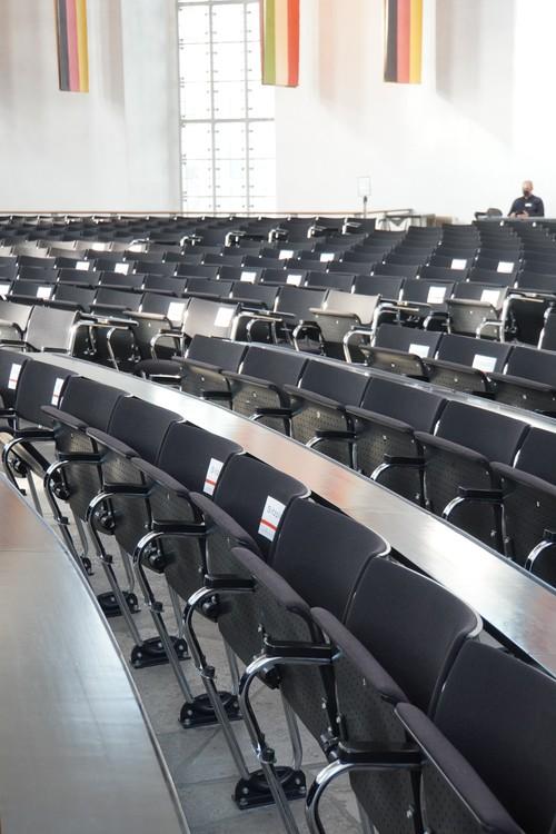 Paulskirche Plenarsall. Stühle. Sitzplatz-Markierung. Maske
