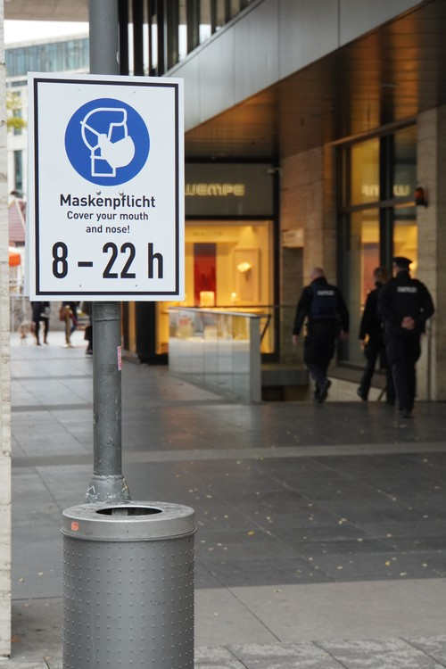 Polizei. Maskenpflicht. Cover your mouth and nose