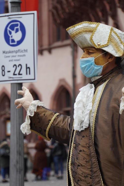 Maskenpflicht. Cover your mouth and nose. Kostümiert und geschminkt mit Maske. Barock. Römerberg