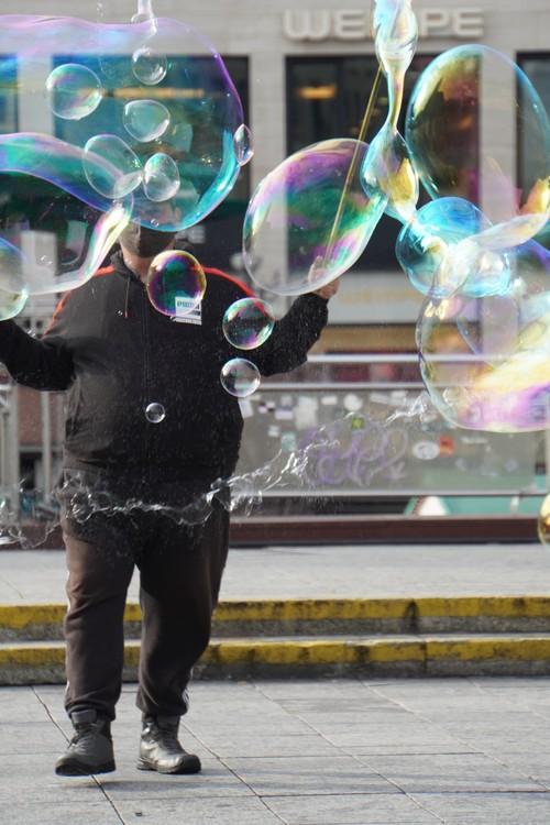 Straßenkünstler mit Seifenblasen und Maske. Hauptwache