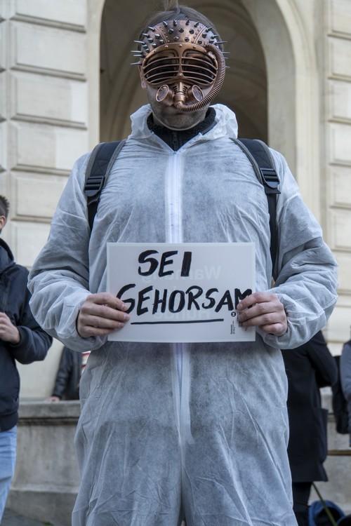 Widerstand 4.0 Demo Opernplatz. Sei gehorsam. Maske. Schutzanzug