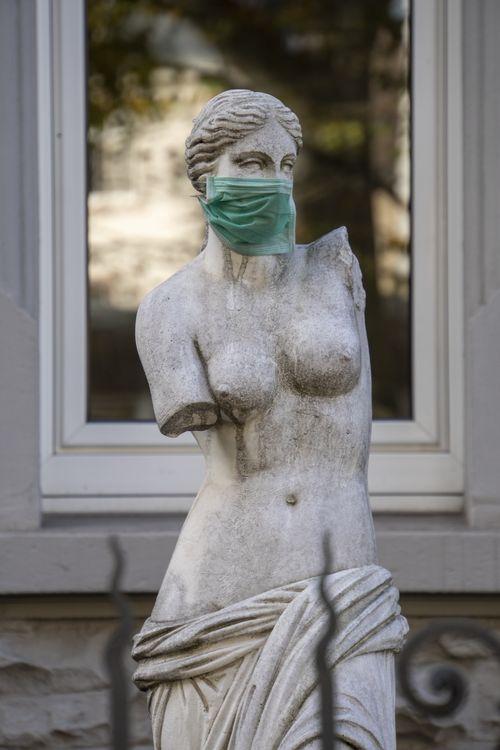 Statue mit Maske im Vorgarten, Nähe Haltestelle Höhenstraße