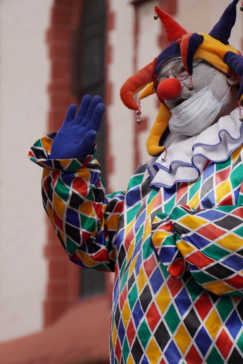 Clown Straßenkünstler mit Maske. Römerberg