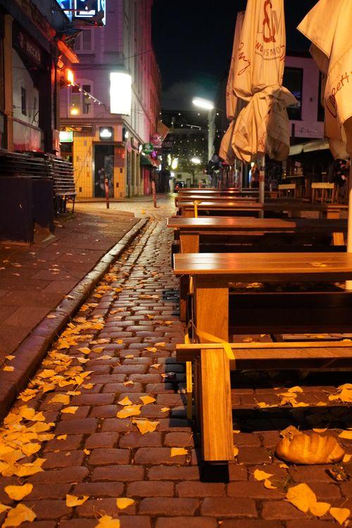 Gesperrte Tische bei Reeperbahn. Stadtansicht