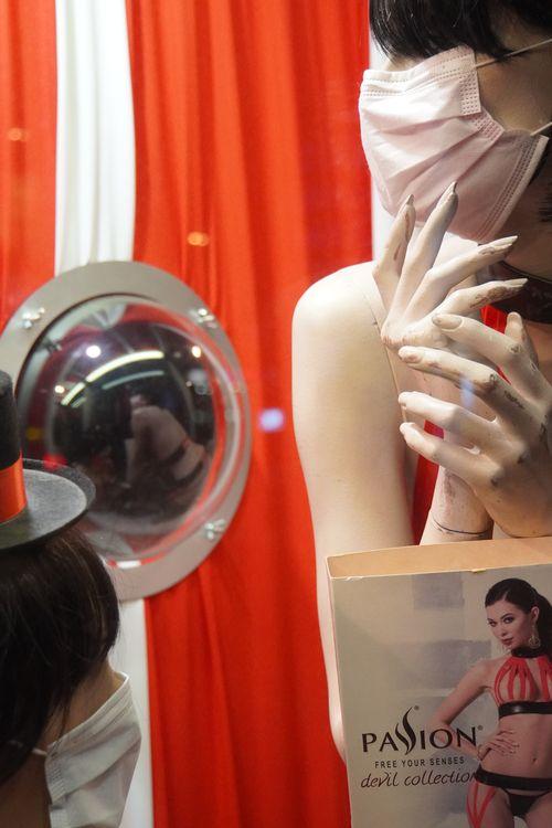 Schaufensterpuppe mit Maske. Spiegelung