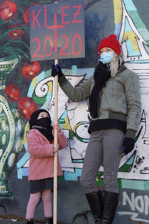Kiez 2020. Demonstration, Protest. Maske. Kind. Graffiti. Hashtag MahnwacheFürDenKiez