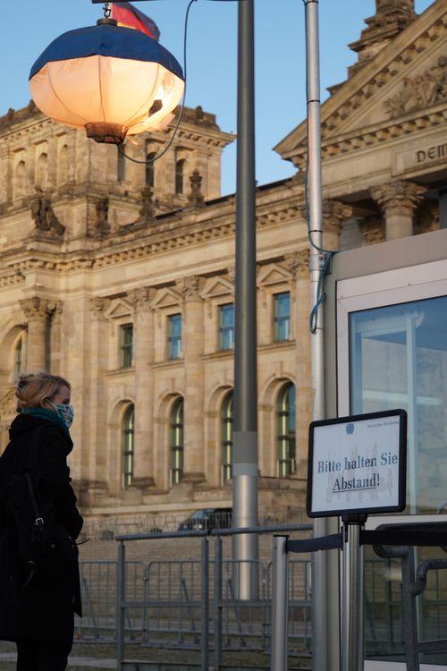 Bitte halten Sie Abstand am Bundestag. Maske