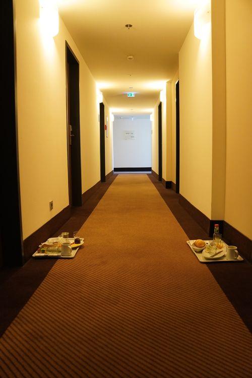 Frühstück im Hotel während Lockdown nur via Tablett, welches man sich zum Zimmer nimmt