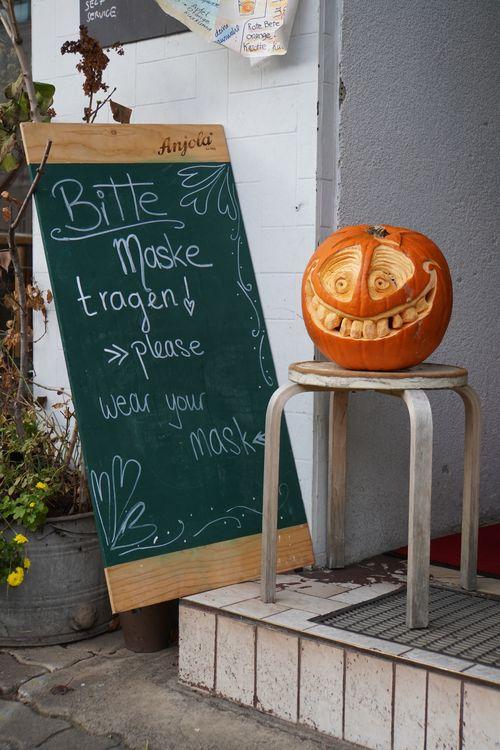 Bitte Maske tragen. Kürbis, Halloween, Kreidetafel
