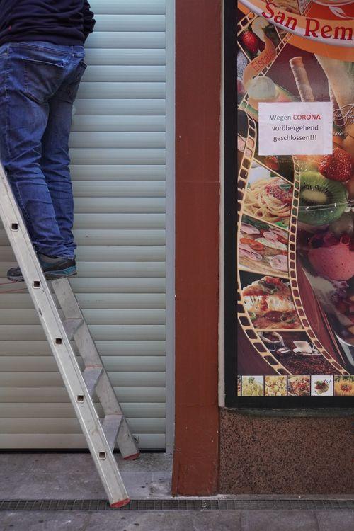 Wegen Corona vorübergehend geschlossen. Arbeiten auf Leiter