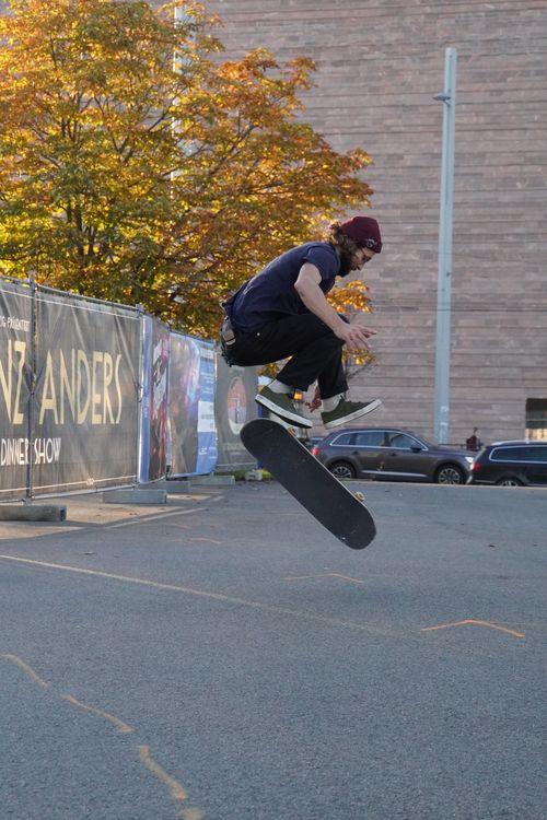 Skateboard. Boden Abstands- und Wegmarkierungen. Gans Ganz Anders Variete Theater