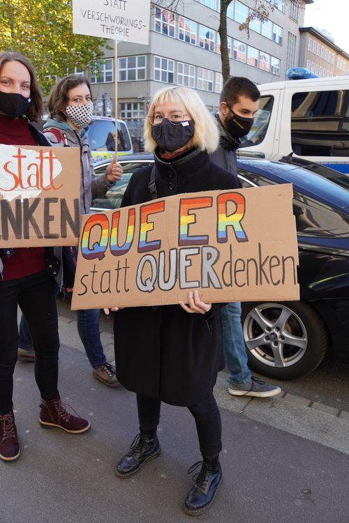 Gegendemonstranten. Queer statt Querdenken