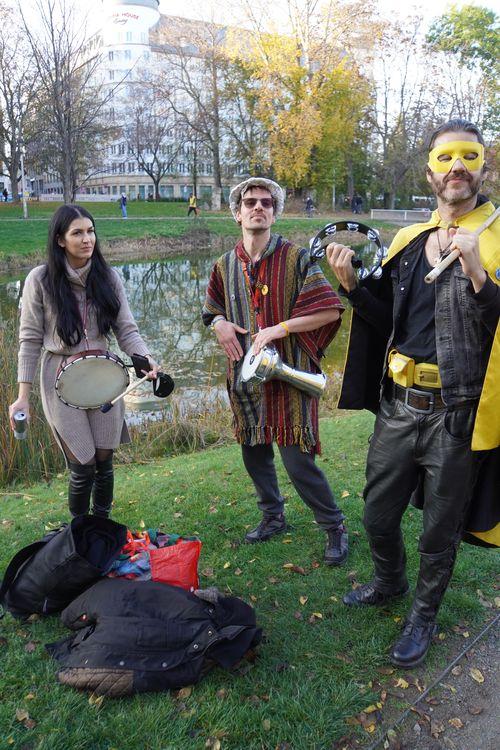 Querdenken Demo. Captain Future, Musik, Trommeln, Park