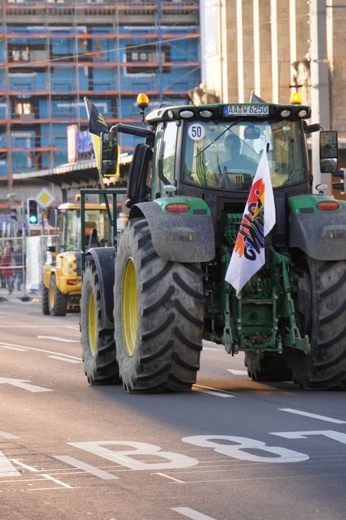 Am Tag der Querdenken Demo. Traktor mit Herz/ Regenbogen Flagge. Bei Hauptbahnhof