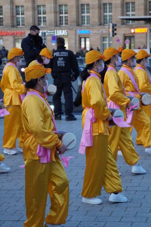 Falung Gong/ Dafa, Trommeln, Tanz, Protest. Polizei. Nähe Hauptbahnhof