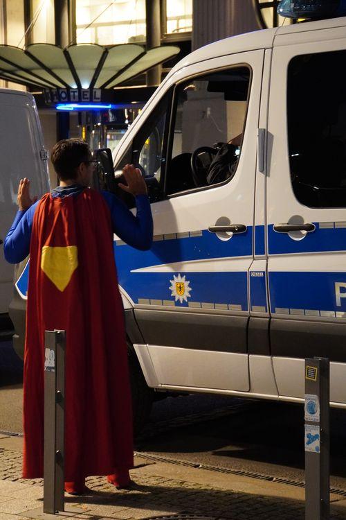Am Tag der Querdenken Demo. Polizei, Superman