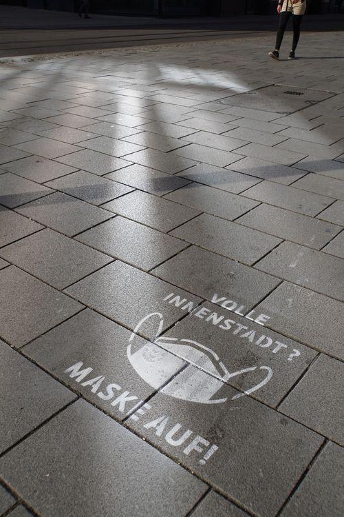 Volle Innenstadt? Maske auf. Gesprayt/ gezeichnet am Boden