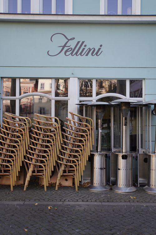 Fellini Restaurant, Stühle gestapelt im Lockdown. Heizstrahler/ Heizpilze