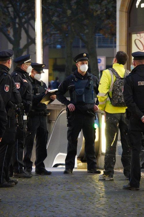 Polizei bei Maskenkontrolle. Nähe Hauptwache