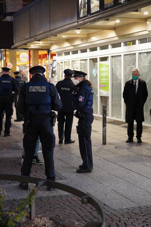 Polizei bei Maskenkontrolle, begleitet von Oberbürgermeister Peter Feldmann. Liebfrauenstraße