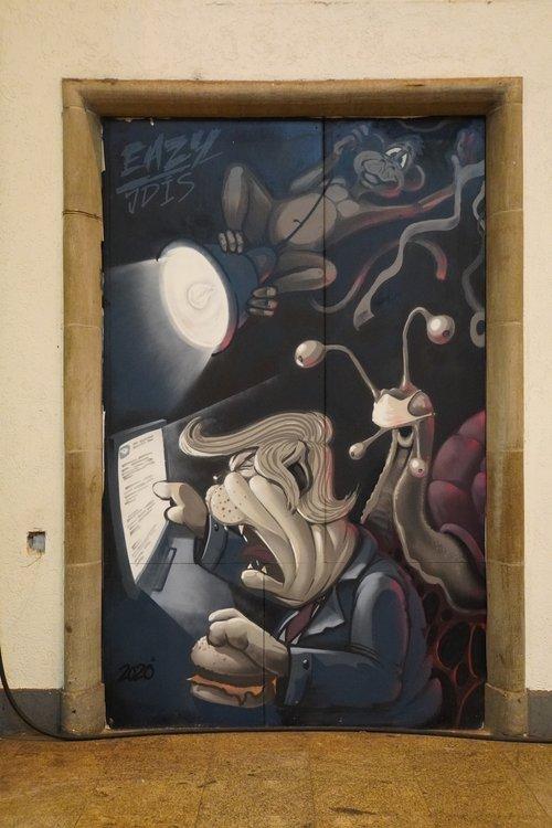 Graffiti Hauptbahnhof. Maske. Schnecke. Eazy JDIS. Eventuell Trump