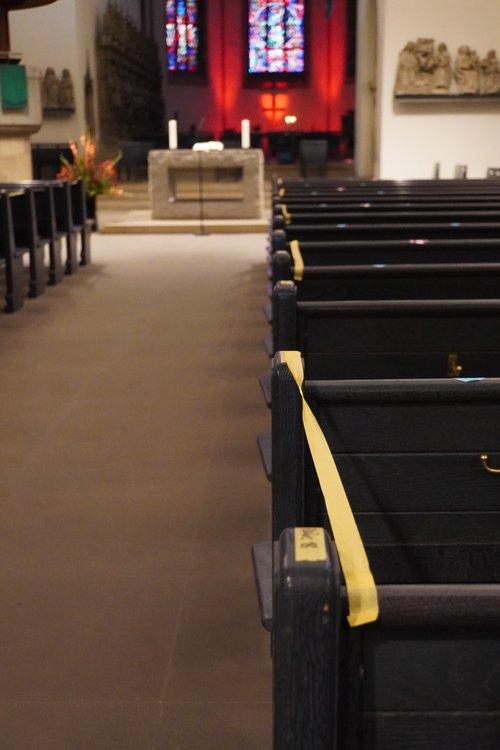 Sitzplatzsperrung, Abstand in Kirche. Religion