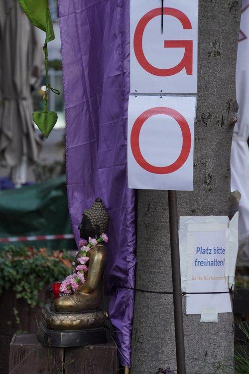 To Go. Wilhemsplatz Noodle1 Restaurant. Platz bitte freihalten. Religion, Statue. Lockdown
