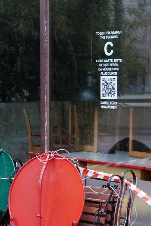 Together against the f*cking C (Corona). Liebe Gäste, bitte registrieren. QR-Code. Flatterband. Geschlossen im Lockdown
