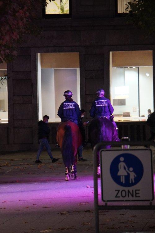 Polizei auf Pferden. Königsstraße. Maske