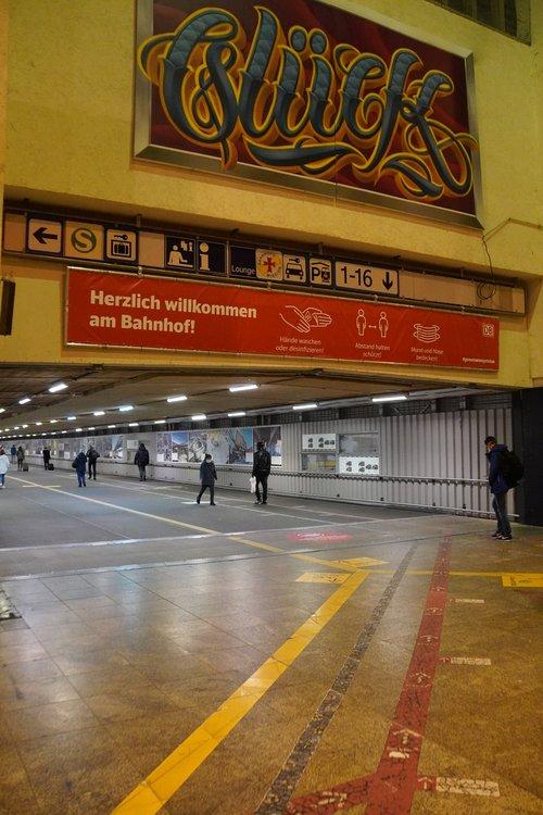 Glück-Graffiti Hauptbahnhof. Herzlich willkommen am Bahnhof. Hygienehinweise. Maskenpflicht, Abstand