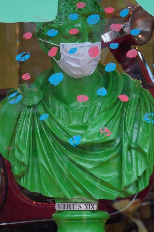 Virus XIX Caesaren-Statue/ Büste mit Maske im Friseurladen Obscura Glauburgstraße