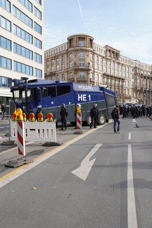 Wasserwerfer bei Querdenken-Gegendemo von Antifa und anderen Gruppen