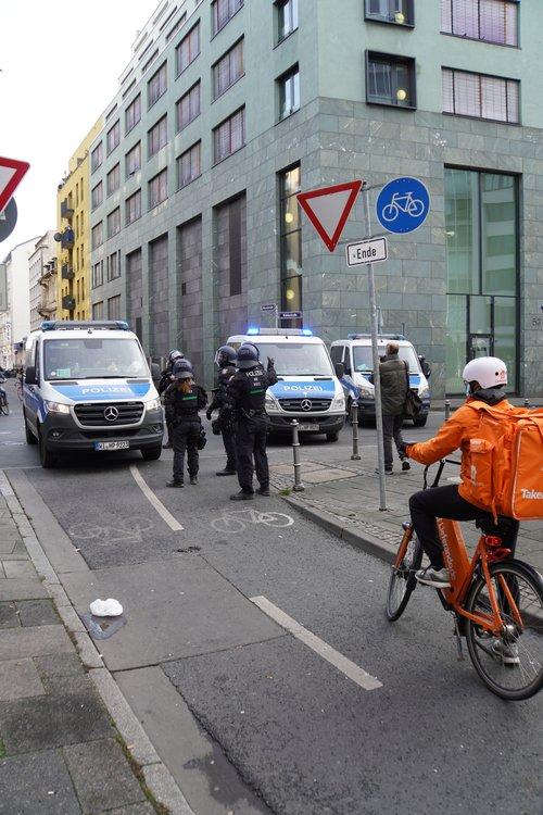Antifa Demo. Polizei, Lieferservice