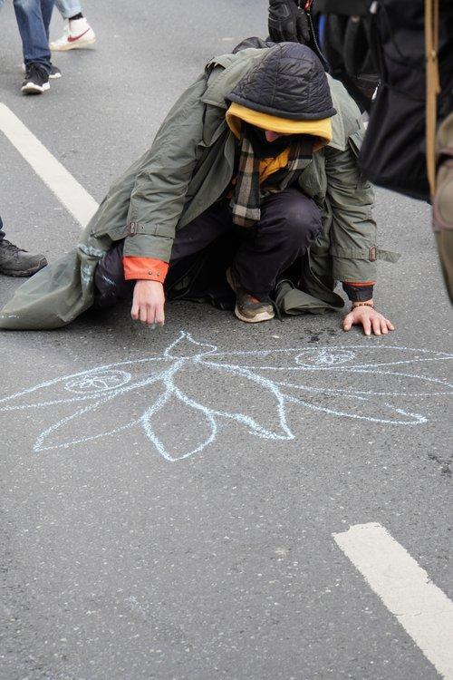 Kreidezeichnung am Boden bei Antifa Querdenken-Gegendemo
