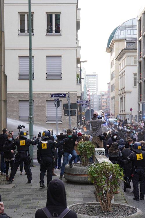 Querdenken Gegendemo von Antifa und anderen. Polize-Wasserwerfer-Einsatz