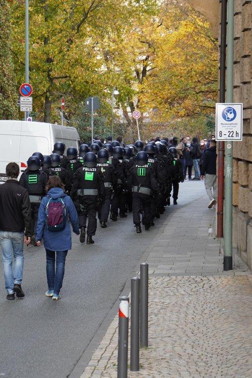 Antifa/ Querdenken Demo. Polizei. Maskenpflicht. Cover your mouth and nose
