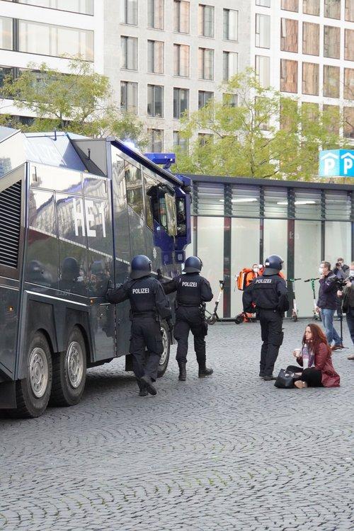 Querdenken Demo. Wasserwerfer. Sitzen. Polizei
