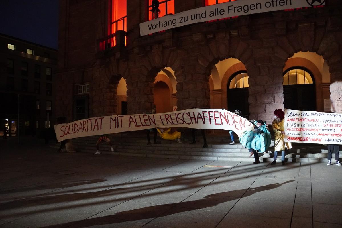 Staatstheater Mainz Protest-Aufführung im Lockdown. Solidarität mit allen Freischaffenden. Vorhang zu und alle Fragen offen
