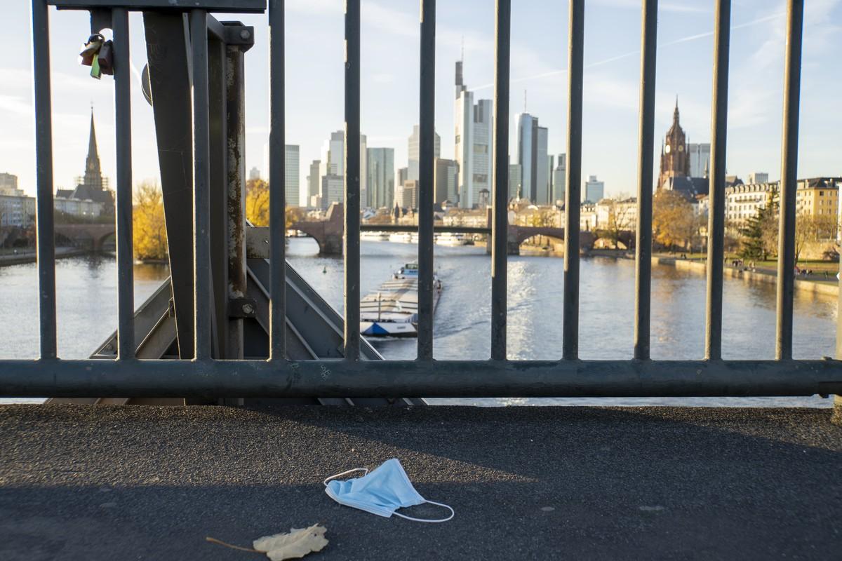Alte Brücke. Stadtansicht, Skyline, Main, Schiff. Maske auf Boden