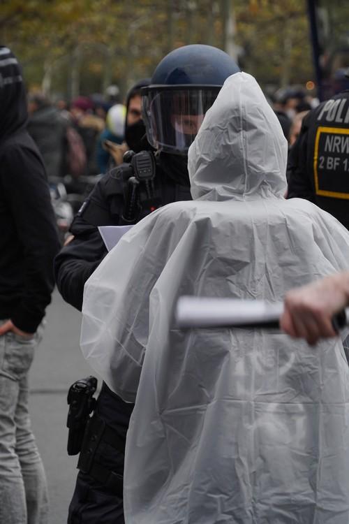 Demo-Tag Querdenken und andere. Eventuell Überprüfung eines Maskenbefreiungsattests. Maskenpflicht, Polizei. Kostümierung